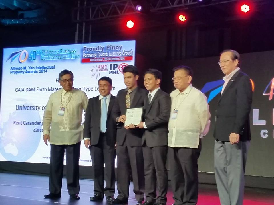 Rhey Joseph Daway and Kent Reinier Carandang with PCCI and IPOPHL officials. Finalists of PCCI's Alfredo M. Yao IP Awards 2014 were recognized during the 40th Philippine Business Conference and Expo last 22 October 2014 at the Manila Hotel. Photo courtesy of Kent Carandang.